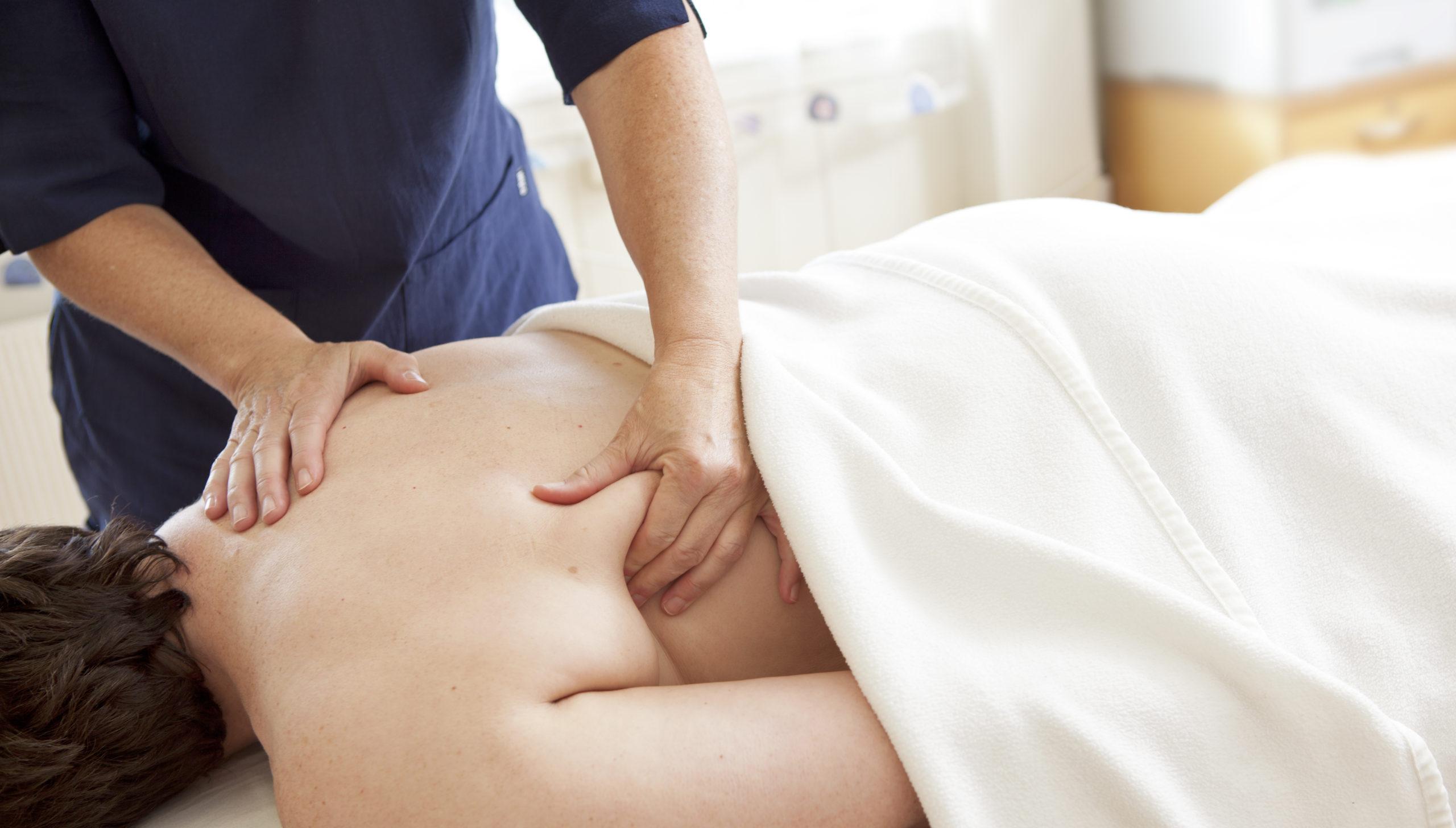 Psykomotorisk fysioterapeut Kia masserer en pasient under Psykomotorisk fysioterapi, Snøhetta Terapi